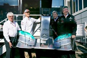 Michael Schumacher, Mercedes AMG'nin 300. startı ve Bernie Ecclestone, CEO, FOM, Norbert Haug, Vice President, Mercedes-Benz High Performance Engines and Ross Brawn, Team Principal, Mercedes AMG F1