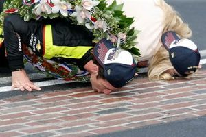 Simon Pagenaud, Team Penske Chevrolet kisses the Yard of Bricks with fiancee Hailey McDermott