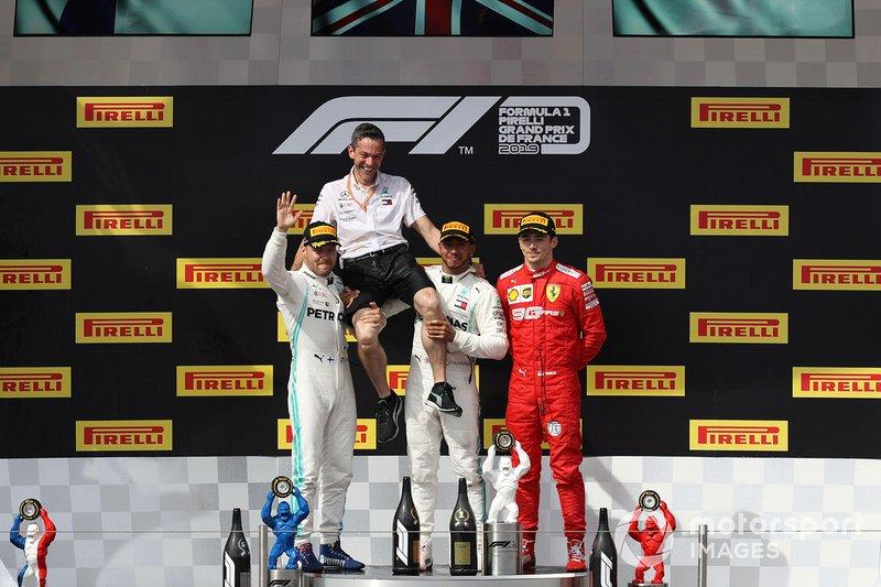 Valtteri Bottas, Mercedes AMG F1, Nathan Divey (mecánico de Hamilton), Lewis Hamilton, Mercedes AMG F1, y Charles Leclerc, Ferrari, en el podio