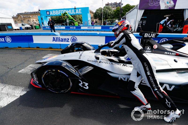Sébastien Buemi, Nissan e.Dams, pushes his Nissan IMO1
