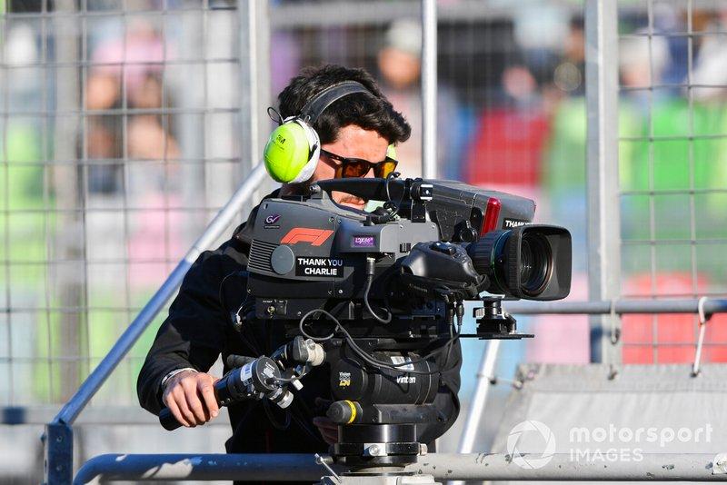 Un operador de cámara en el trabajo