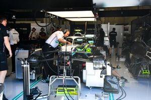 Mechanics change the power unit in the car of Valtteri Bottas, Mercedes AMG W10