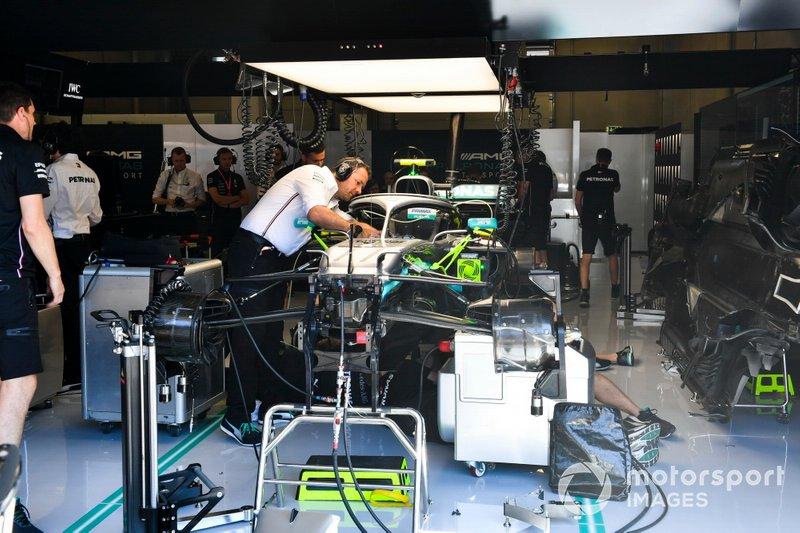 I meccanici cambiano la power unit alla monoposto di Valtteri Bottas, Mercedes AMG W10