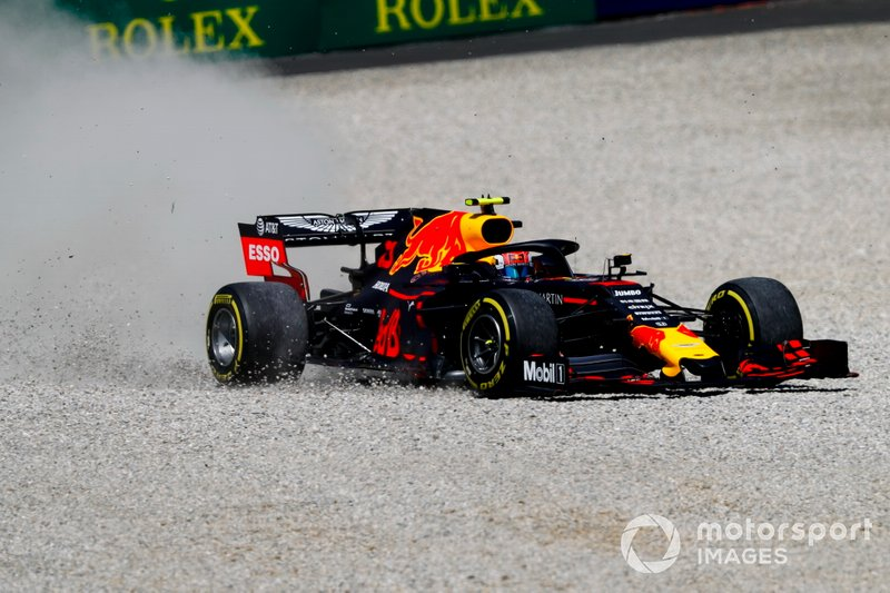 Pierre Gasly, Red Bull Racing, va largo e finisce nella ghiaia