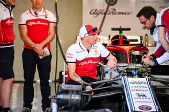 Kimi Raikkonen, Alfa Romeo Racing hablando con un ingeniero