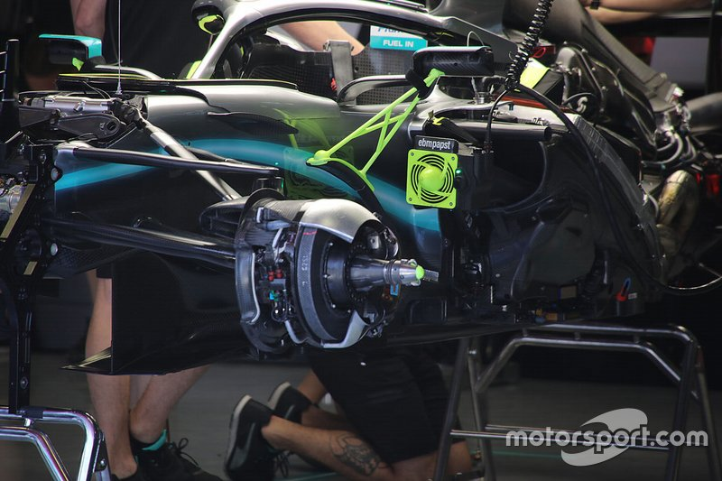 Mercedes W10: Vorderradaufhängung mit Bremse