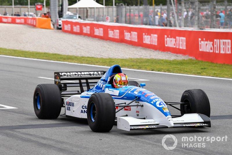 James Calado teste une 1995 Tyrrell 023 Yamaha