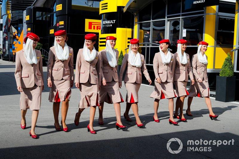 Бортпроводницы авиакомпании Emirates в паддоке