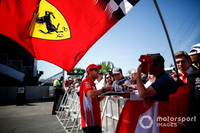 Sebastian Vettel, Ferrari SF90 signe un autographe pour un fan