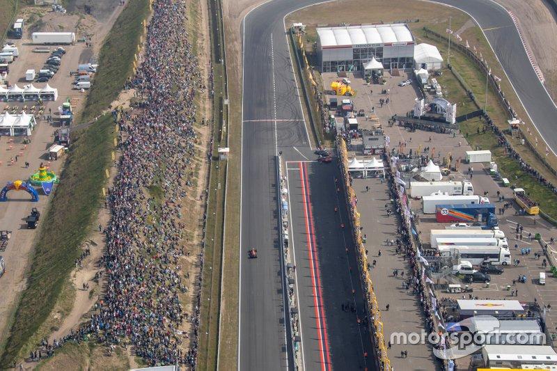 Vista general del circuito de Zandvoort con Max Verstappen, Red Bull Racing RB7