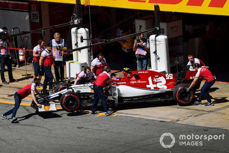 Antonio Giovinazzi, Alfa Romeo Racing C38, est ramené au garage