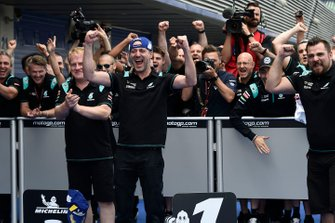 Команда Petronas Yamaha SRT празднует поул Фабио Куартараро