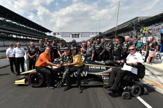 Marcus Ericsson and Sam Schmidt, Arrow Schmidt Peterson Motorsports Honda are presented with Paoli wheel gun after winning pit stop competition
