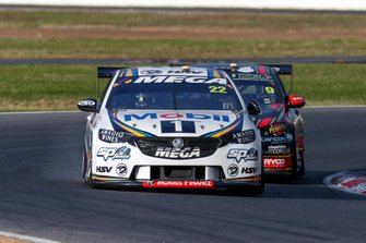 James Courtney, Walkinshaw Andretti United Holden leads David Reynolds, Erebus Motorsport Holden