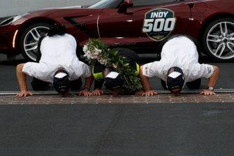1. Simon Pagenaud, Team Penske Chevrolet, mit Tim Cindric und Roger Penske