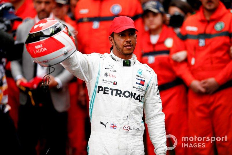 I modelli mostrano i cartelli che fanno parte del pre gara Lewis Hamilton, Mercedes AMG F1, festeggia nel parco chiuso