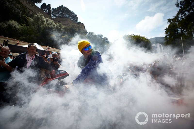 Lewis Hamilton, Mercedes AMG F1 chega de moto ao paddock