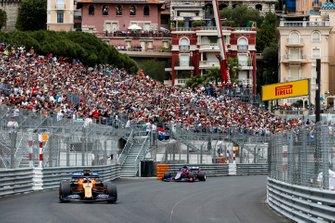 Carlos Sainz Jr., McLaren MCL34, devant Daniil Kvyat, Toro Rosso STR14