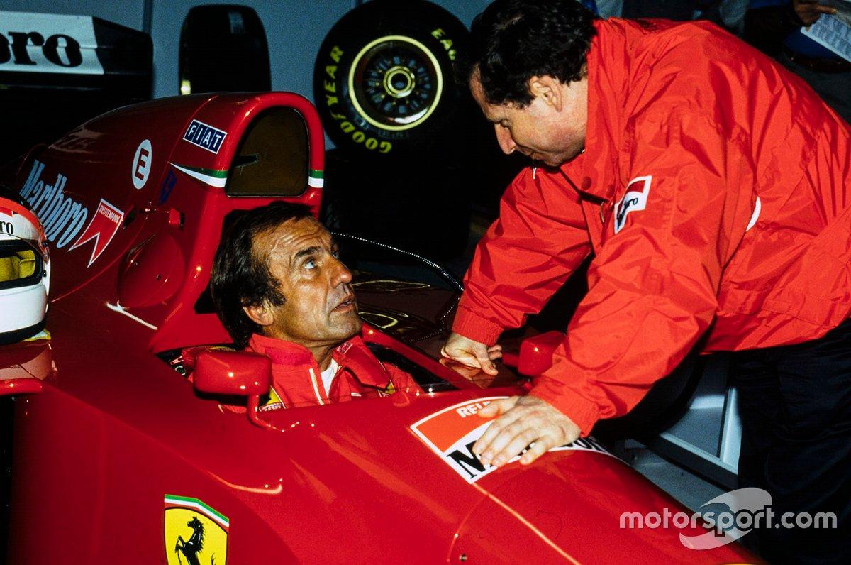 Carlos Reutemann se sienta en la Ferrari 412T1 mientras habla con Jean Todt