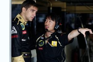 Vitaly Petrov, Lotus Renault F1 Team, with Ayao Komatsu, Race Engineer, Lotus Renault GP