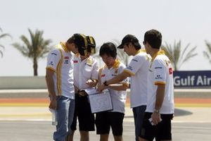 Vitaly Petrov, Renault walks the track with Ho-Pin Tung, and members of the team