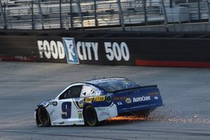 Chase Elliott, Hendrick Motorsports Chevrolet, las chispas vuelan después de un incidente