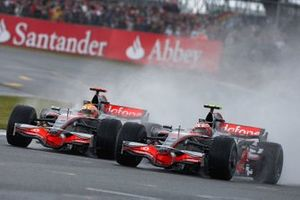 Heikki Kovalainen, McLaren MP4-23 Mercedes battles with Lewis Hamilton, McLaren MP4-23 Mercedes