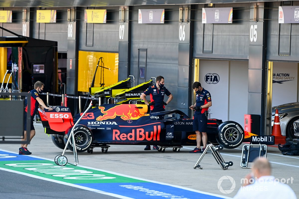 Mechanics with the car of Alex Albon, Red Bull Racing RB16