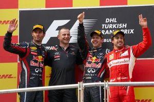Mark Webber, 2ème position, l'ingénieur en chef Mark Ellis, Sebastian Vettel, 1ère position, et Fernando Alonso, 3ème position, sur le podium