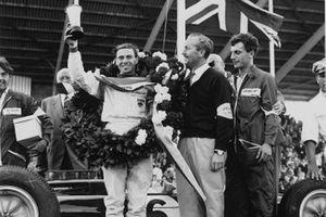 Jim Clark, Lotus 25-Climax, prima posizione, con Colin Chapman, GP d'Olanda del 1963