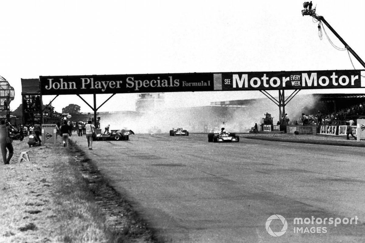 Jody Scheckter, el McLaren M23 causa el choque en el inicio del Gran Premio de Gran Bretaña que llevó a la lesión de Andrea De Adamich