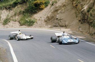 Chris Amon, Matra MS120D leads Denny Hulme, McLaren M19C Ford