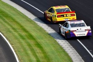 Joey Logano, Team Penske, Ford Mustang Shell Pennzoil and Denny Hamlin, Joe Gibbs Racing, Toyota Camry FedEx Express