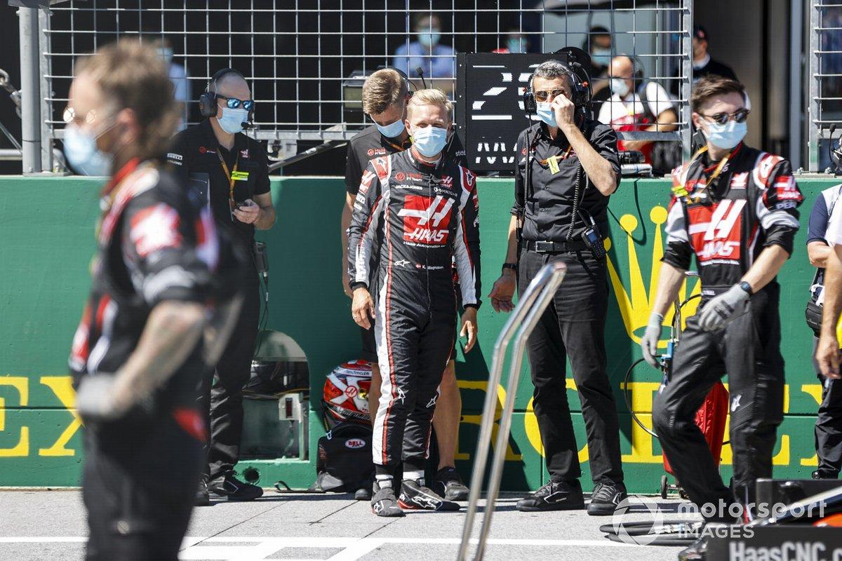 Kevin Magnussen, Haas F1, y Guenther Steiner, director del equipo Haas F1, en la parrilla