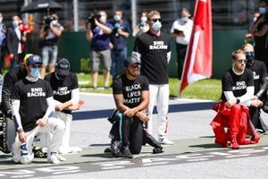Nicholas Latifi, Williams Racing, George Russell, Williams Racing, Lewis Hamilton, Mercedes-AMG Petronas F1, and Sebastian Vettel, Ferrari, take the knee in support of the End Racism campaign