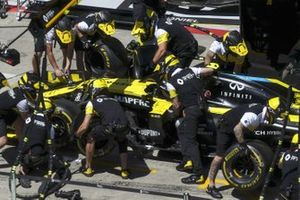 Renault pit stop practice with the car of Esteban Ocon, Renault F1 Team R.S.20