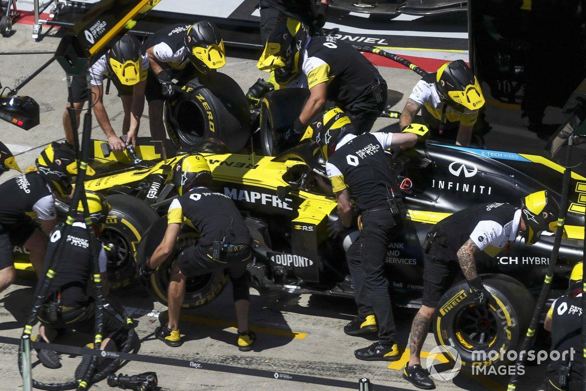 Práctica en los boxes de Renault con el coche de Esteban Ocon, Renault F1 Team R.S.20