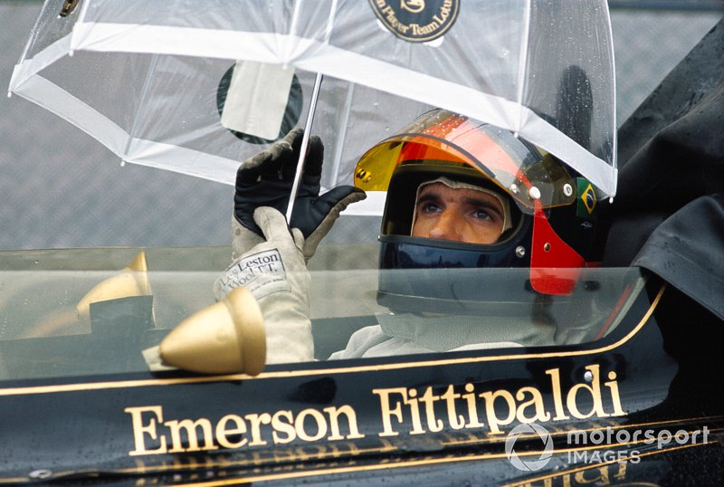 Emerson Fittipaldi, Lotus 72D Ford, waits in the pits