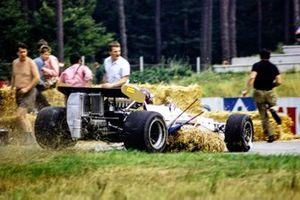 Jackie Oliver, BRM P153, dispersa a los espectadores después de golpear pacas de heno