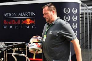 Sven Krieter, productmanager Schuberth, met de helm van Max Verstappen, Red Bull Racing