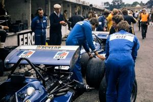 Los mecánicos de Tyrrell cambian los neumáticos de sus coches en el pit lane bajo la supervisión de Ken Tyrrell