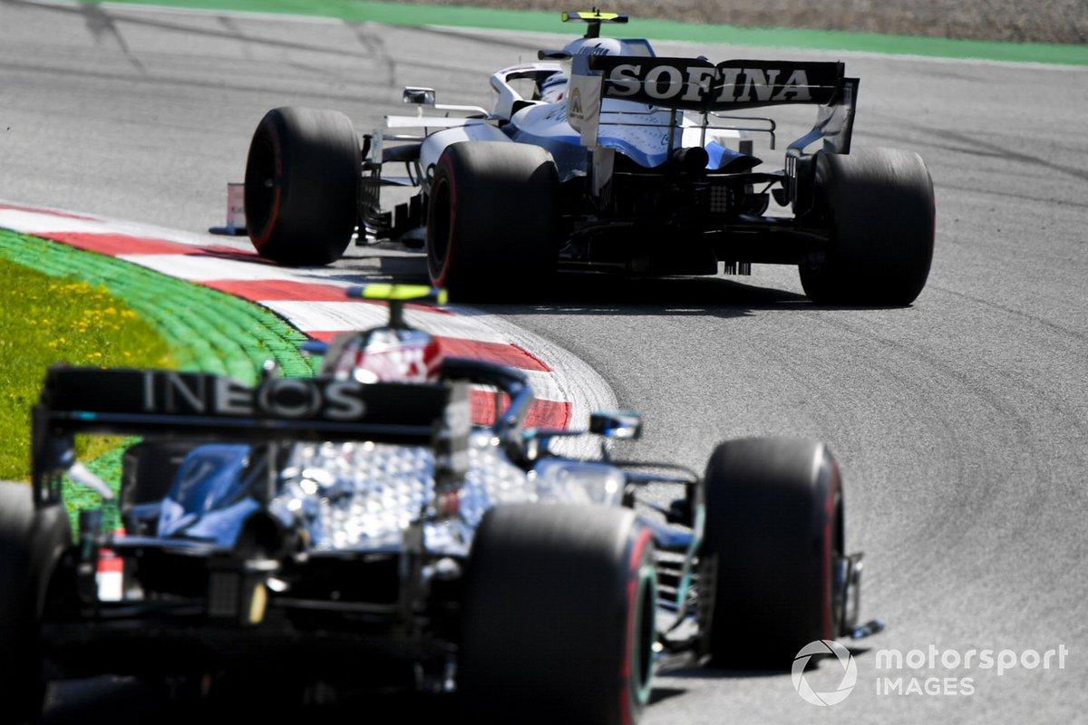 Nicholas Latifi, Williams FW43, precede Valtteri Bottas, Mercedes F1 W11 EQ Performance