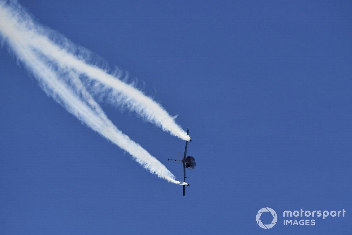 Un Alpha Jet pasa por el circuito