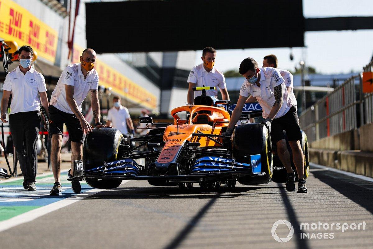 El coche de Lando Norris, McLaren MCL35 , por el pitlane