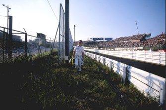 Ralf Schumacher, BMW Williams FW24, regresa caminando