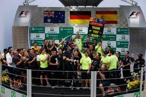 El equipo de Red Bull celebra un año fantástico de carreras en el podio y agradece a Mark Webber, de Red Bull Racing, por su servicio