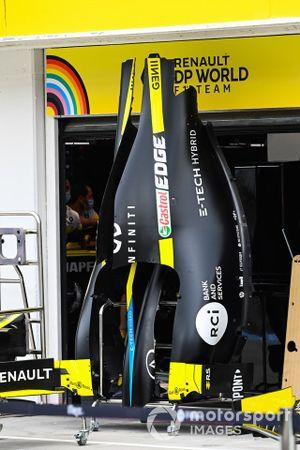 Кожух двигателя Renault F1 Team R.S.20 на пит-лейне