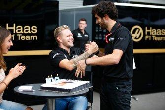 Гонщик Haas F1 Team Кевин Магнуссен отмечает свой сотый Гран При