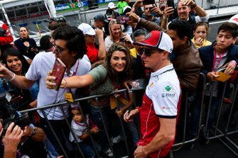 Kimi Raikkonen, Alfa Romeo Racing takes a selfie with a fan