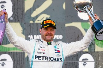 Race winner Valtteri Bottas, Mercedes AMG F1 celebrates on the podium with the trophy and the champagne